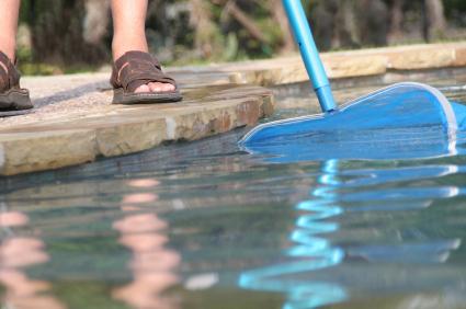 Nettoyage et entretien de piscine poseidon montr al rive for Balayeuse de piscine